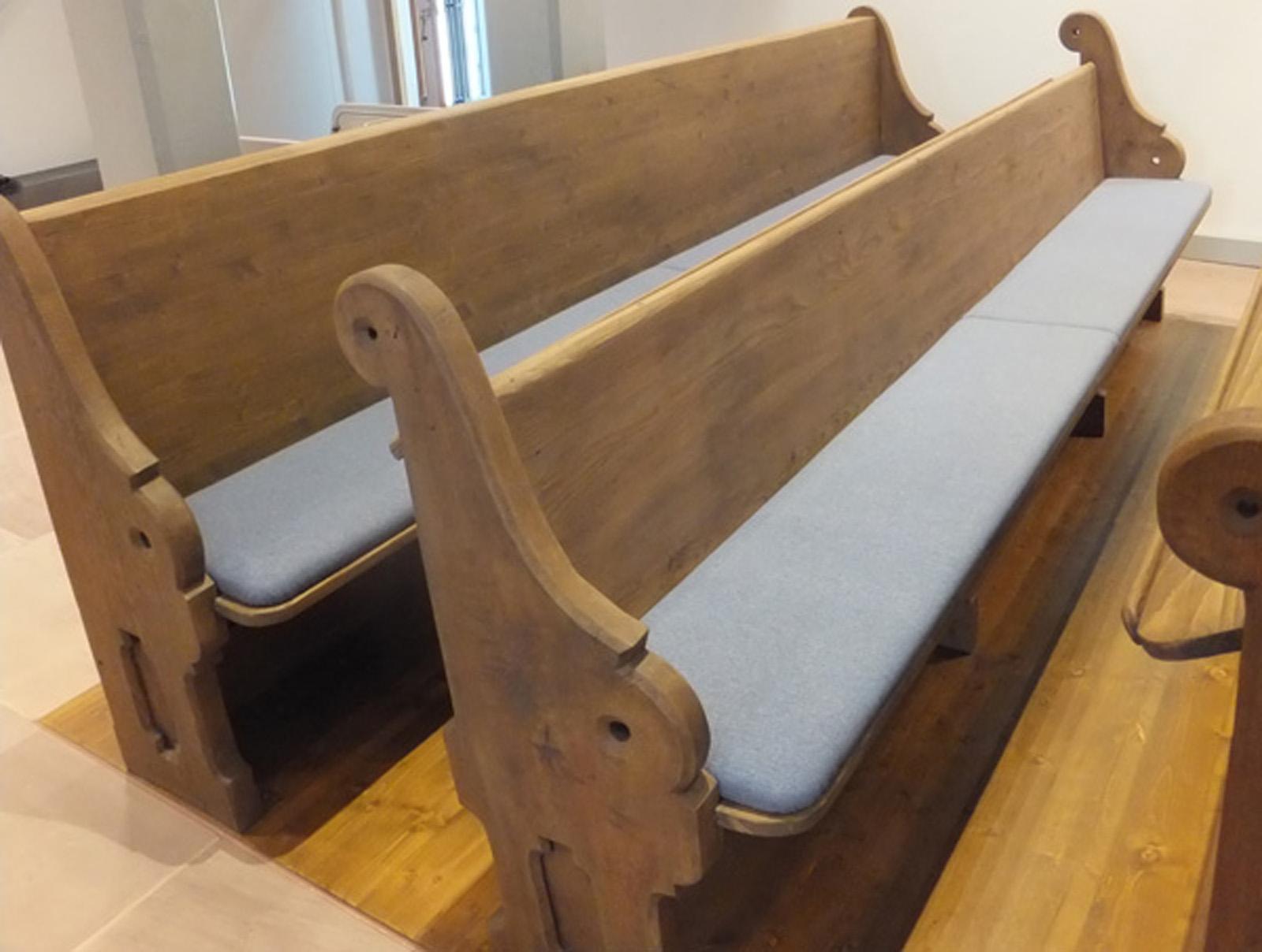Kirchenbänke neu bezogen und gepolstert in Stoff